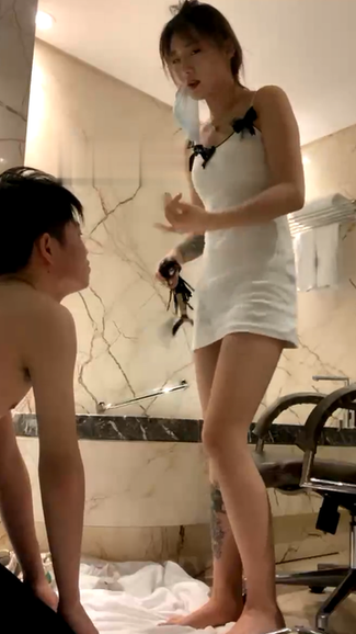 Internet celebrity model's first femdom session training dog slave 默默 超清版-网红模特素人女神首次调教低贱的狗奴