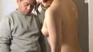 Intensely humiliating Japanese cuckolding session for beta male sub 日本绿帽调教视频:绿帽奴只能跪着看女王和男友做爱