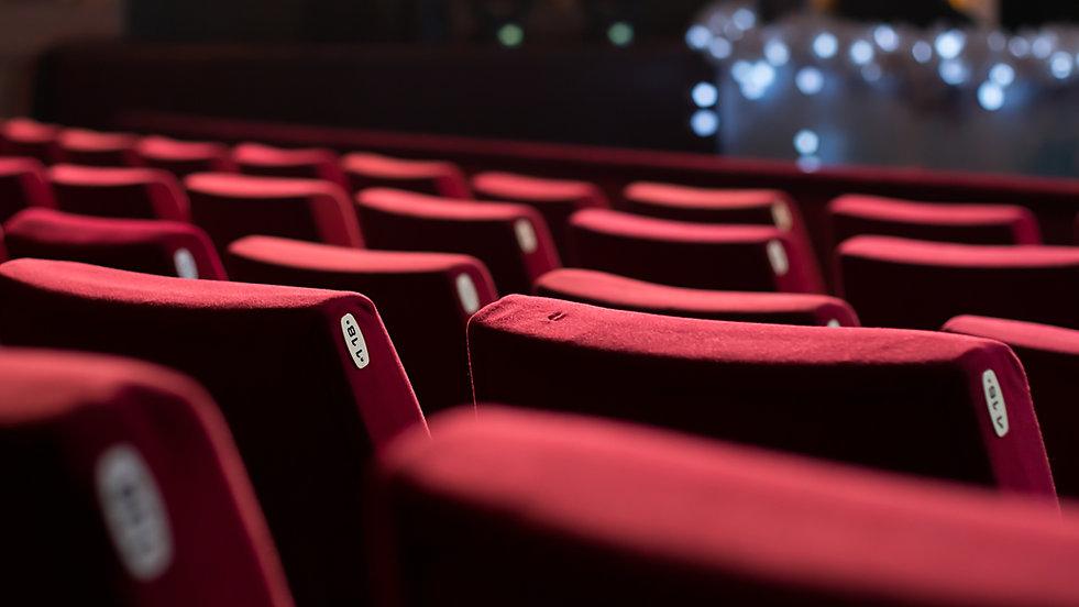 Chaises rouges de théâtre