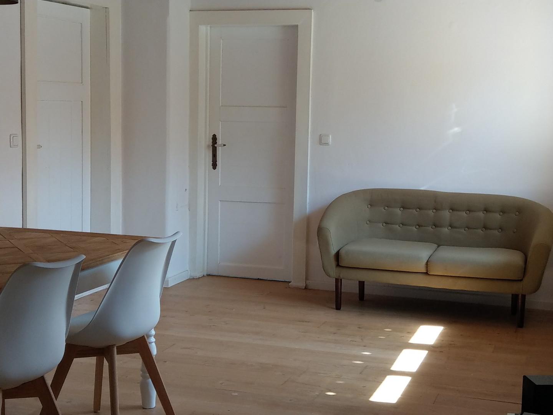 kleines Sofa im Wohn-/Esszimmer