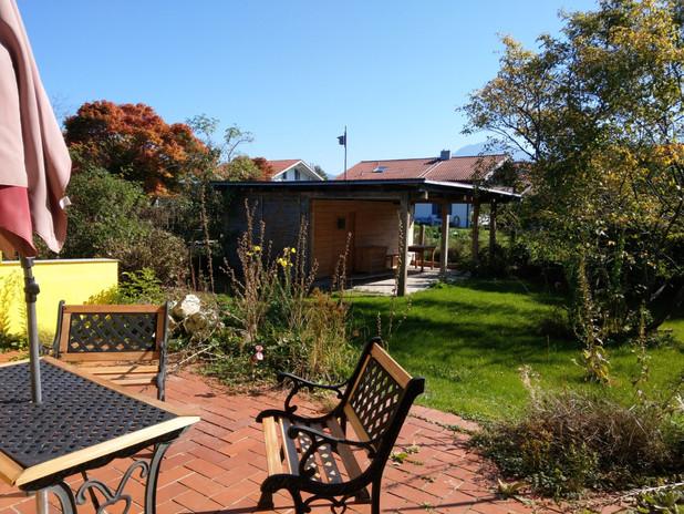 Blick von Terrasse in Garten
