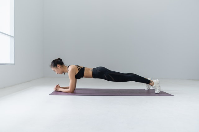 A lady doing plank