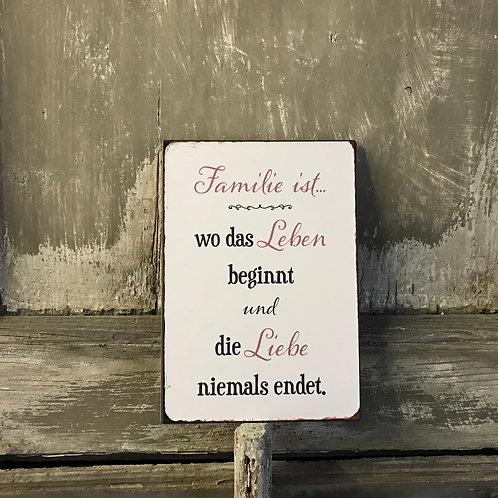Schild:  Familie ist...