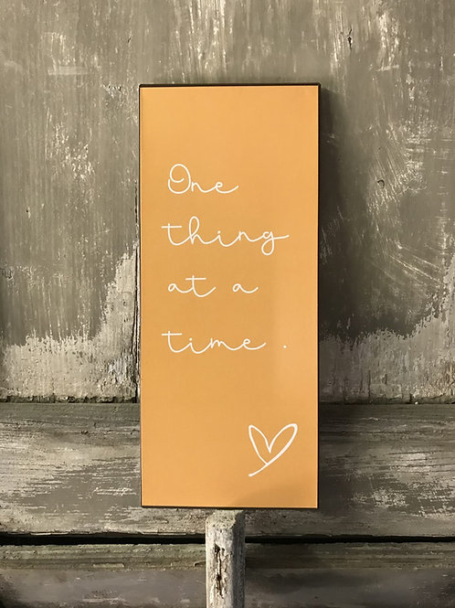 Schild:  one thing at a time