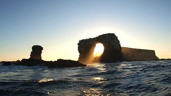 sunset-throught-the-arch-darwin-galapago