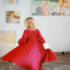 Tanzendes Mädchen in rot