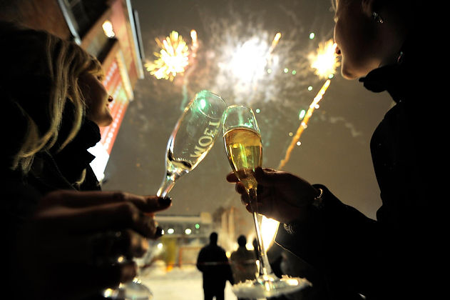 Two people are celebrating New Years Eve and atching fieworks.