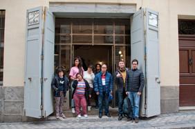 El grupo en la entrada del Taller Mediodía