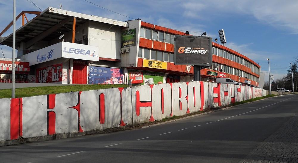 """Grafite """"Kosovo é Sérvia"""" em frente ao estádio do Estrela Vermelha"""