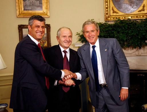 Bush aperta a mão do presidente e do primeiro ministro do Kosovo após a declaração de independência