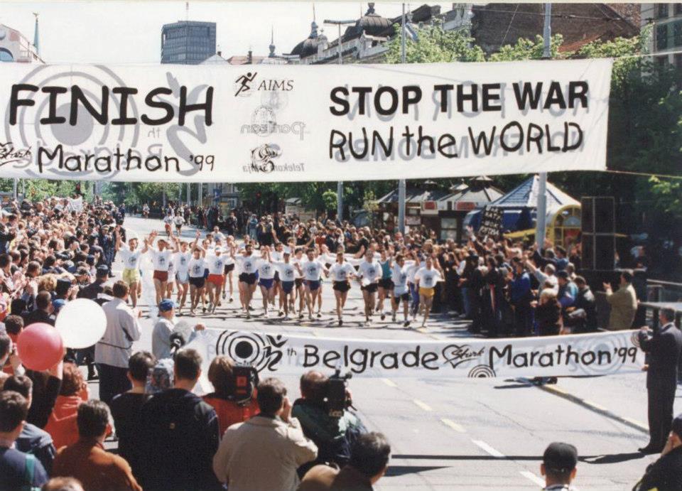 A emocionante chegada dos corredores da maratona de 1999.