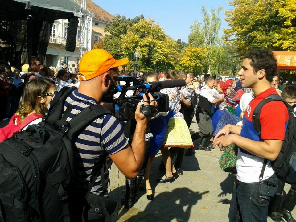 Falando sobre a multiculturalidade da Vojvodina enquanto um grupo húngaro dança
