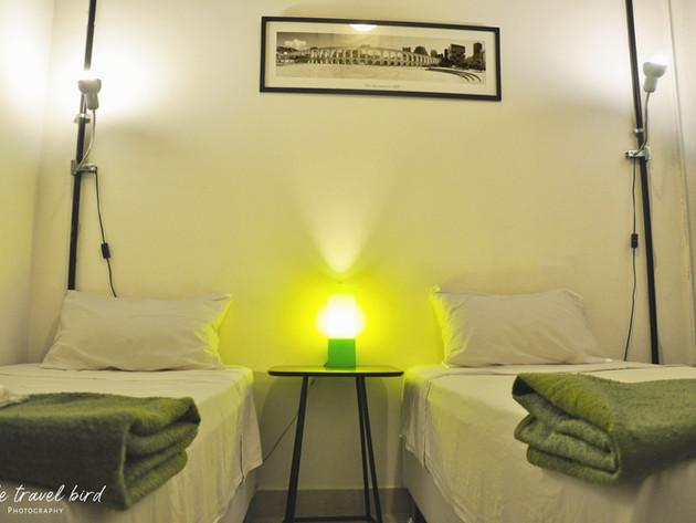 Privado duplo camas de solteiro com banheiro