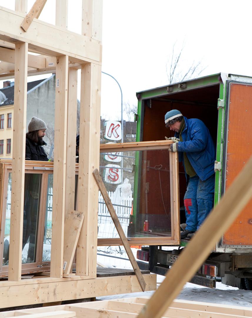 Markus og Iacob henter gjenbrukte vinduer (foto, Vigdis Haugtrø)