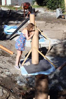 Cathrine inspiserer forskalingen til fundamentene  (foto: Nøysom arkitekter)