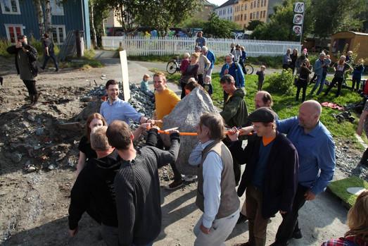 Lokalpolitikerne legger ned grunnsteinen (foto: Tobias Liljedal)