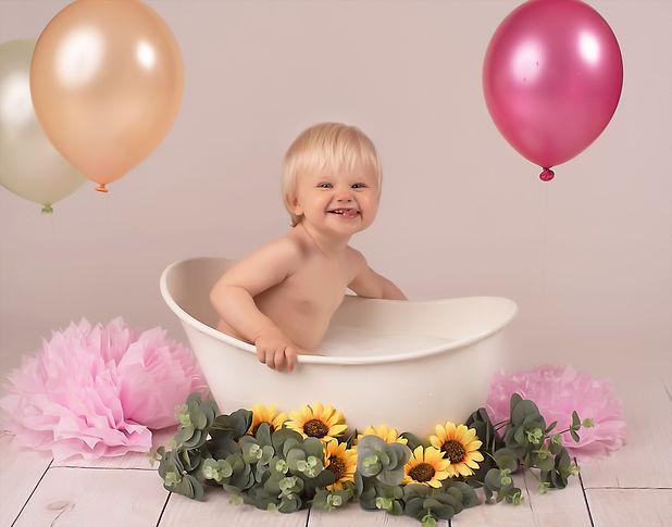 photo-bebe-bain-de-lait-ballons-anniversaire.jpg