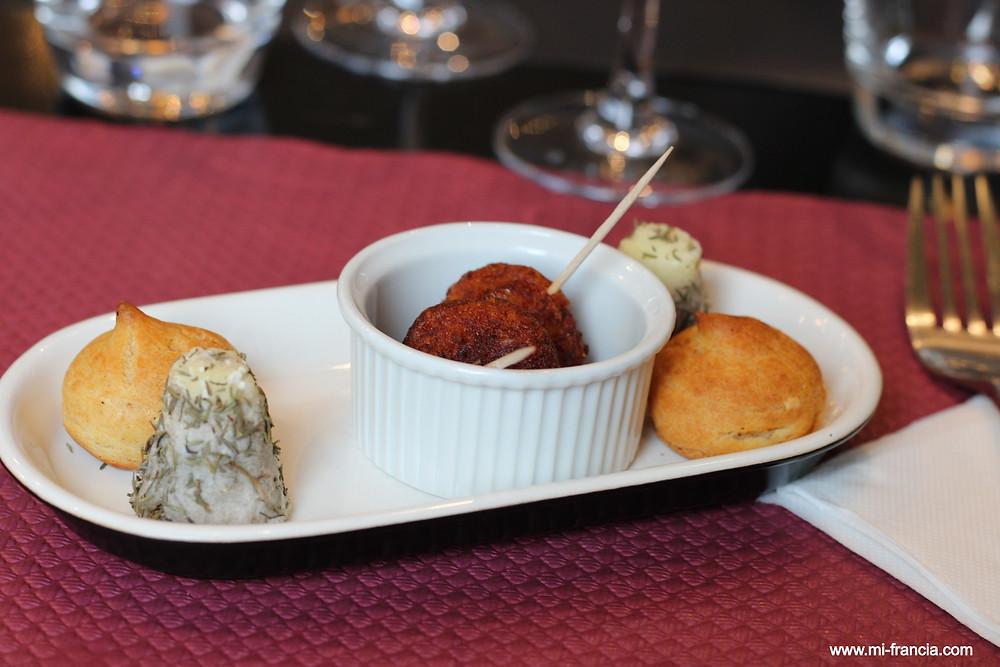 Bocaditos: bolitas de pescado, queso de cabra y pastelito de queso