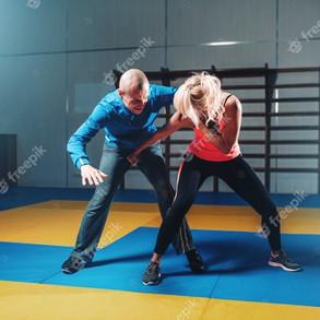 mulher-luta-com-homem-tecnica-de-defesa-pessoal-treino-de-defesa-pessoal-com-personal-trai