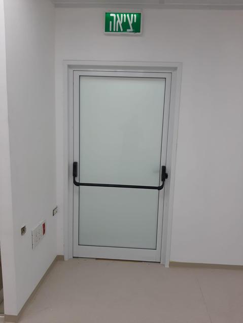 דלת יציאה חדר נקי