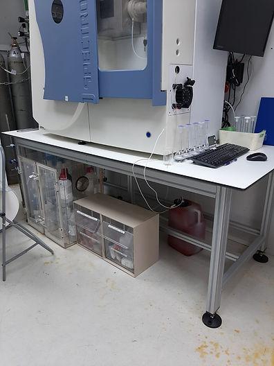 שולחן במעבדה חדר נקי