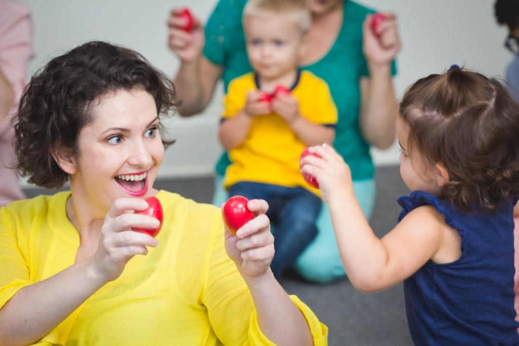 Photo_Kindermusik_BucktownMusic_mom-with-daughter-playing-egg-shakers-1024x683