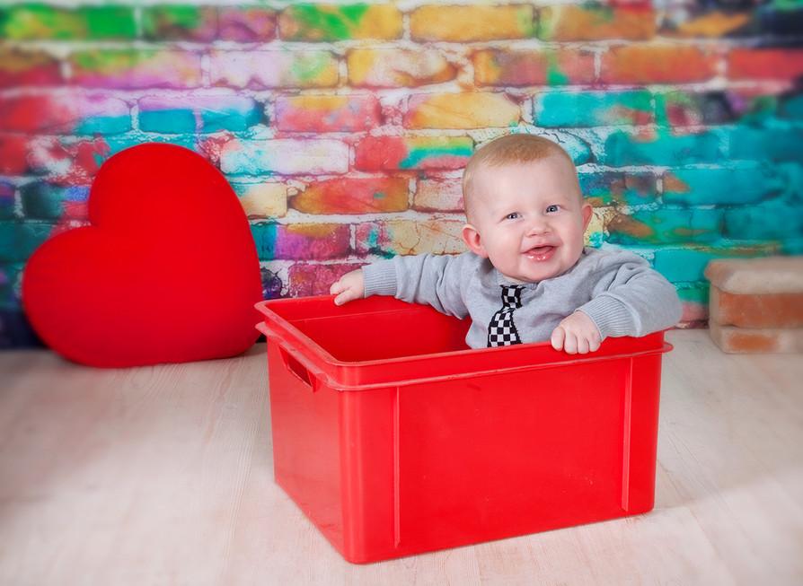 Kind in roter Kiste.jpg