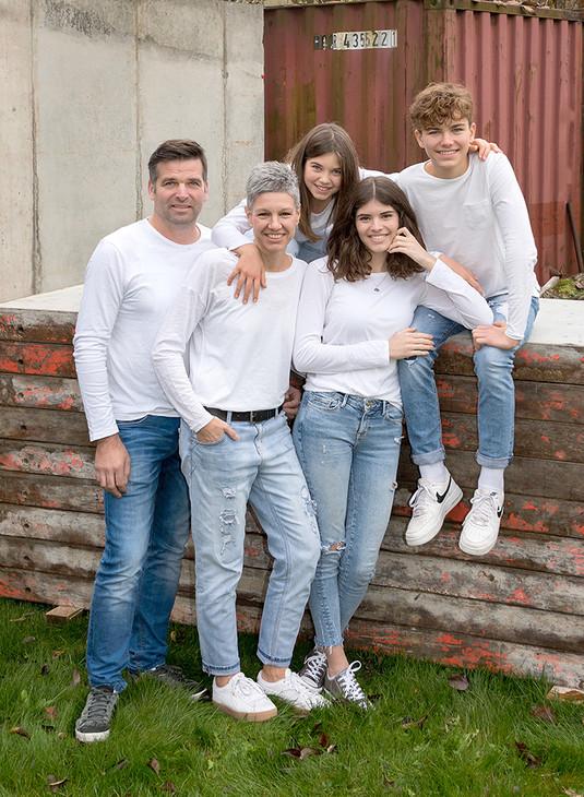 Familie auf Bauverschalungsbrettern.jpg