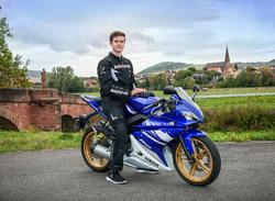 Junge auf Motorrad