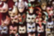 Maski na ścianie