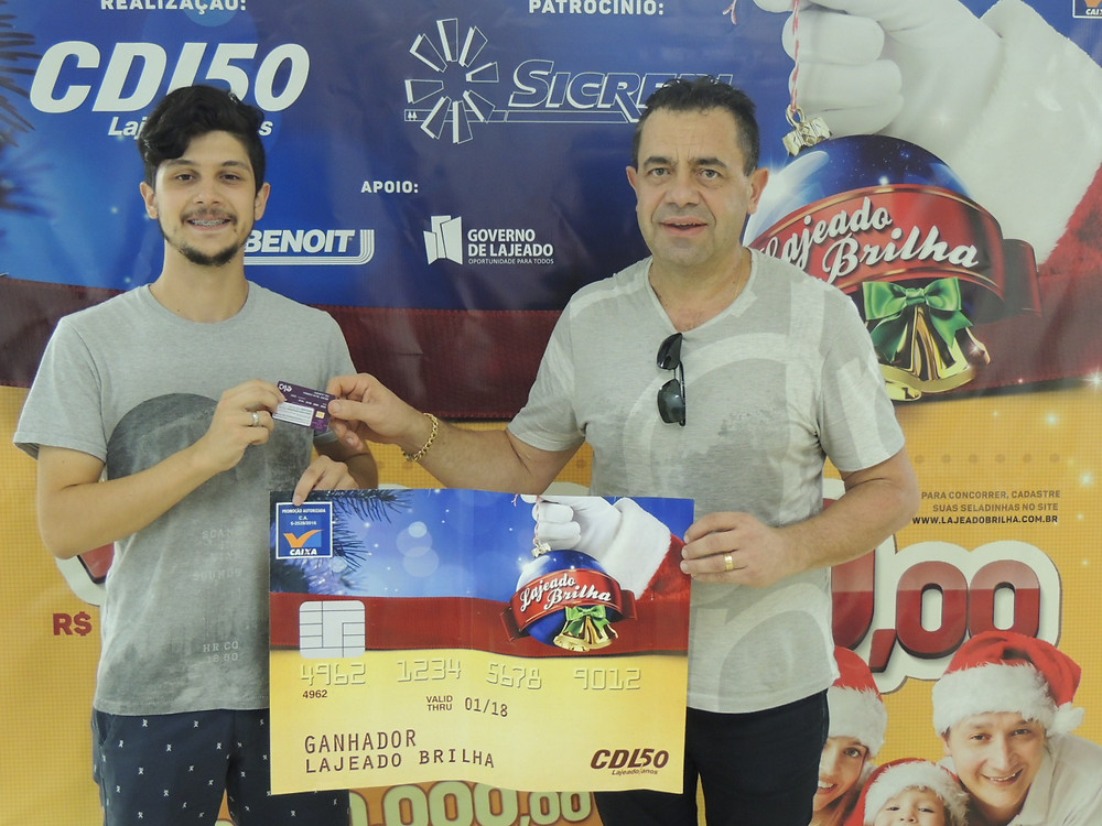 Bruno da Silva Corrêa recebeu cartão que, a partir de hoje (13), poderá ser utilizado em diversos estabelecimentos comerciais. Crédito: Clarissa Jaeger