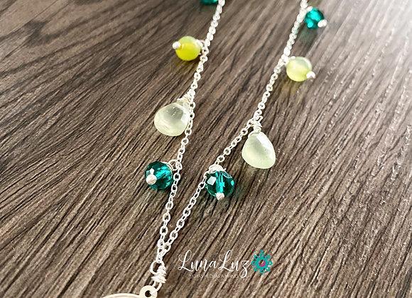 Collar enchape de Plata, trabajado en piedras Prehnitas y cristales