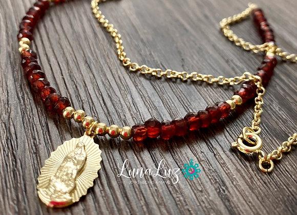 Collar corto 45 cms en Granates Virgen de los Rayos. Enchape de Oro 18k