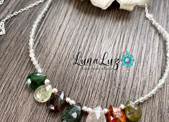 Collar 45cms en pequeñas piedras Labradoritas y maravillosas gotas de Turmalina