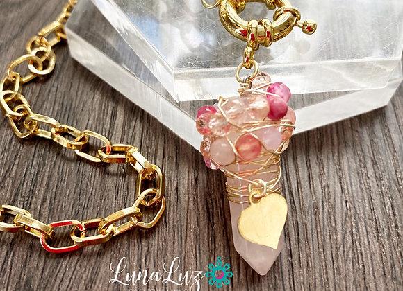 Amuleto *AMOR INFINITO* Cadena 45 cms. Enchape de Oro 18k. Piedra Cuarzo Rosa