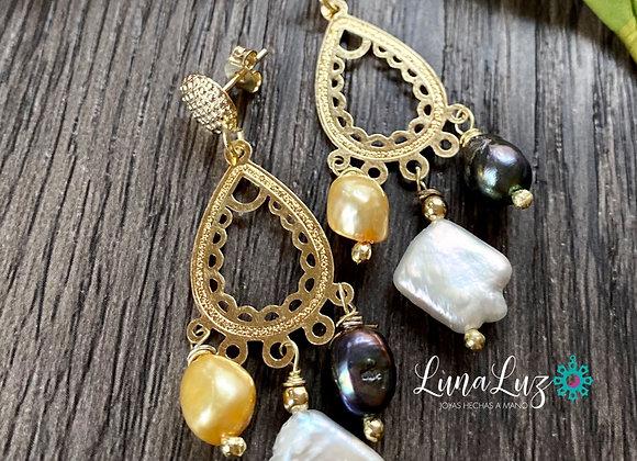 Aros de Perlas Enchapados en Oro de 18k. Miden 5.2 cms de largo