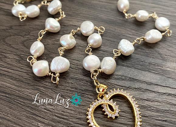 Collar corto de Perlas naturales con un colgante corazón en circones