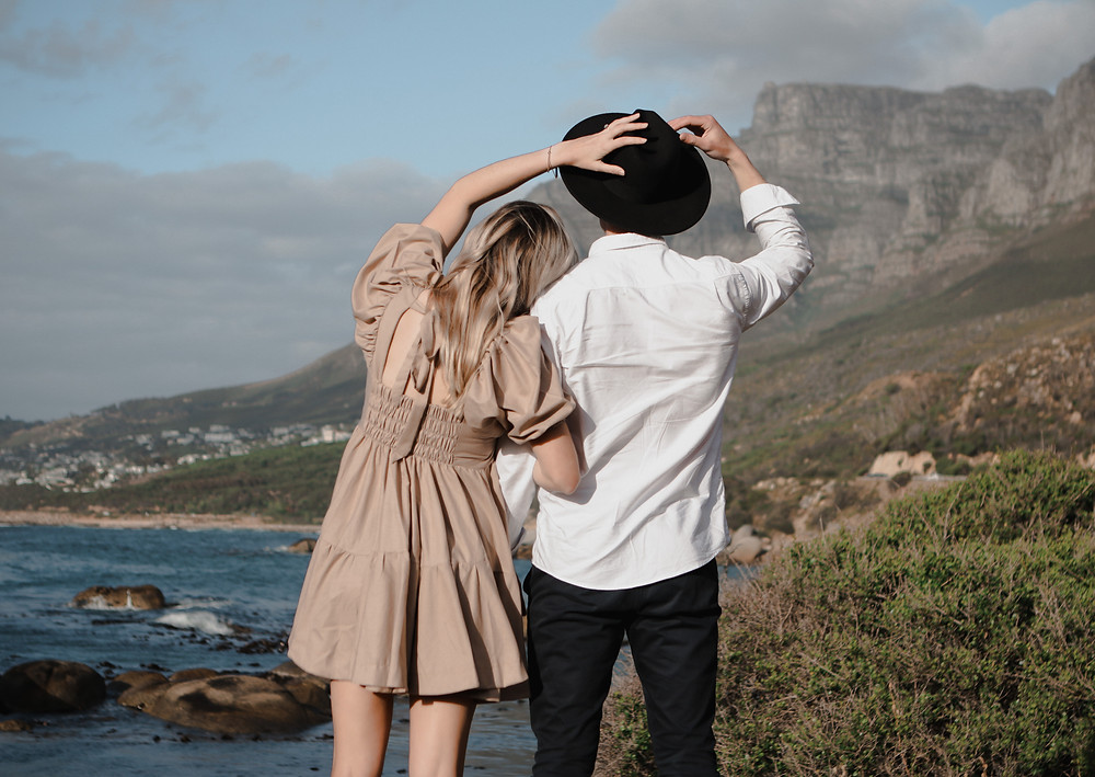 Engagement photoshoot of a couple with the ocean in the background