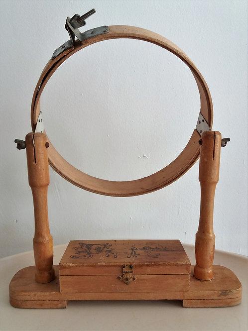 Bordador infantil de madera con costurero