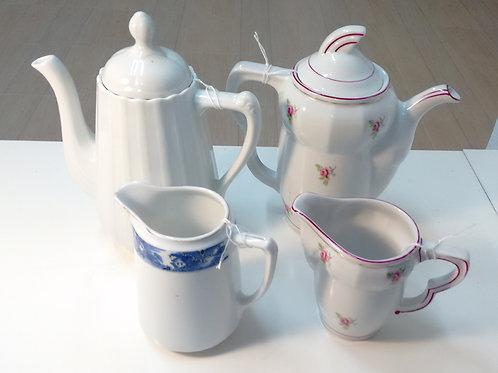 Colección de 3 cafeteras y lecheras de porcelana