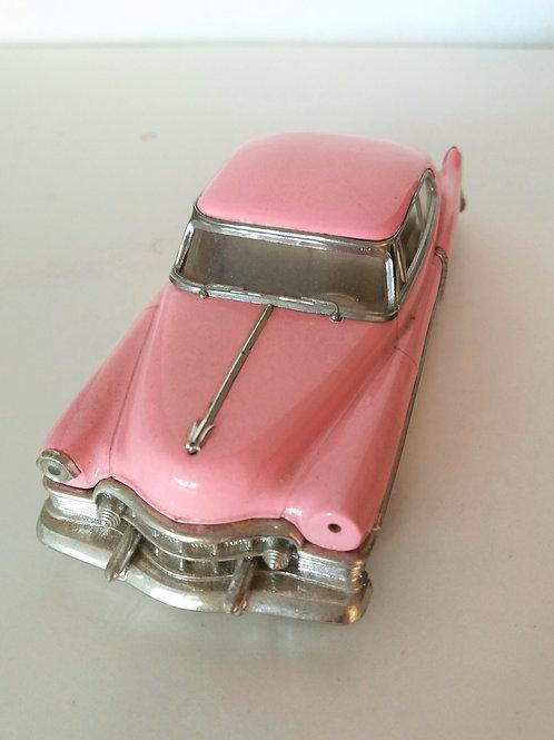 Cadillac rosa de metal