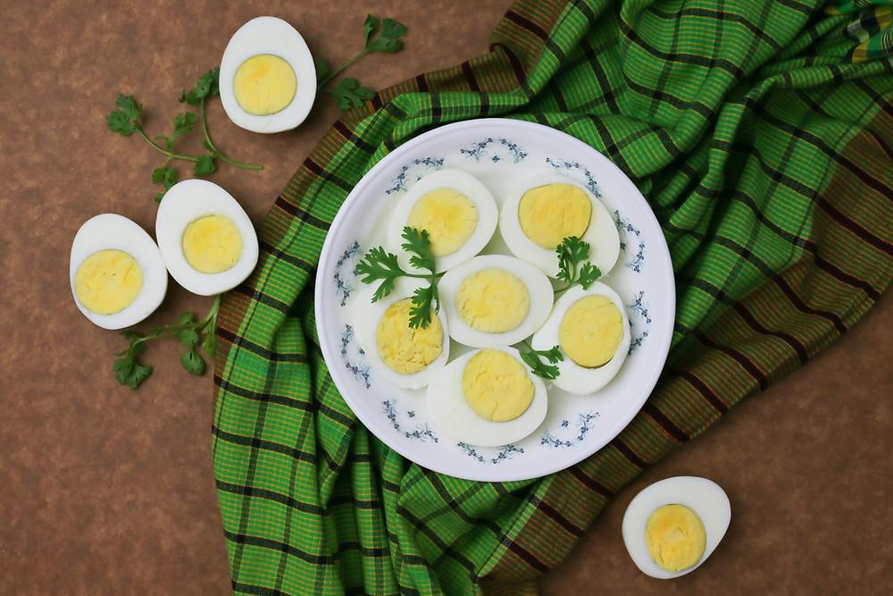 Ovos cozidos em cima de uma mesa