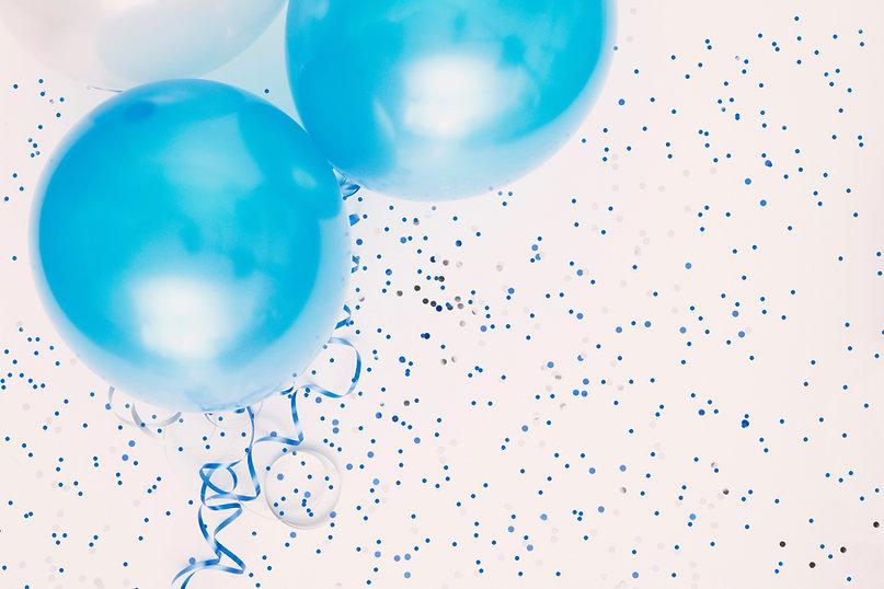 Studio-Aufnahme von Ballons auf farbigen