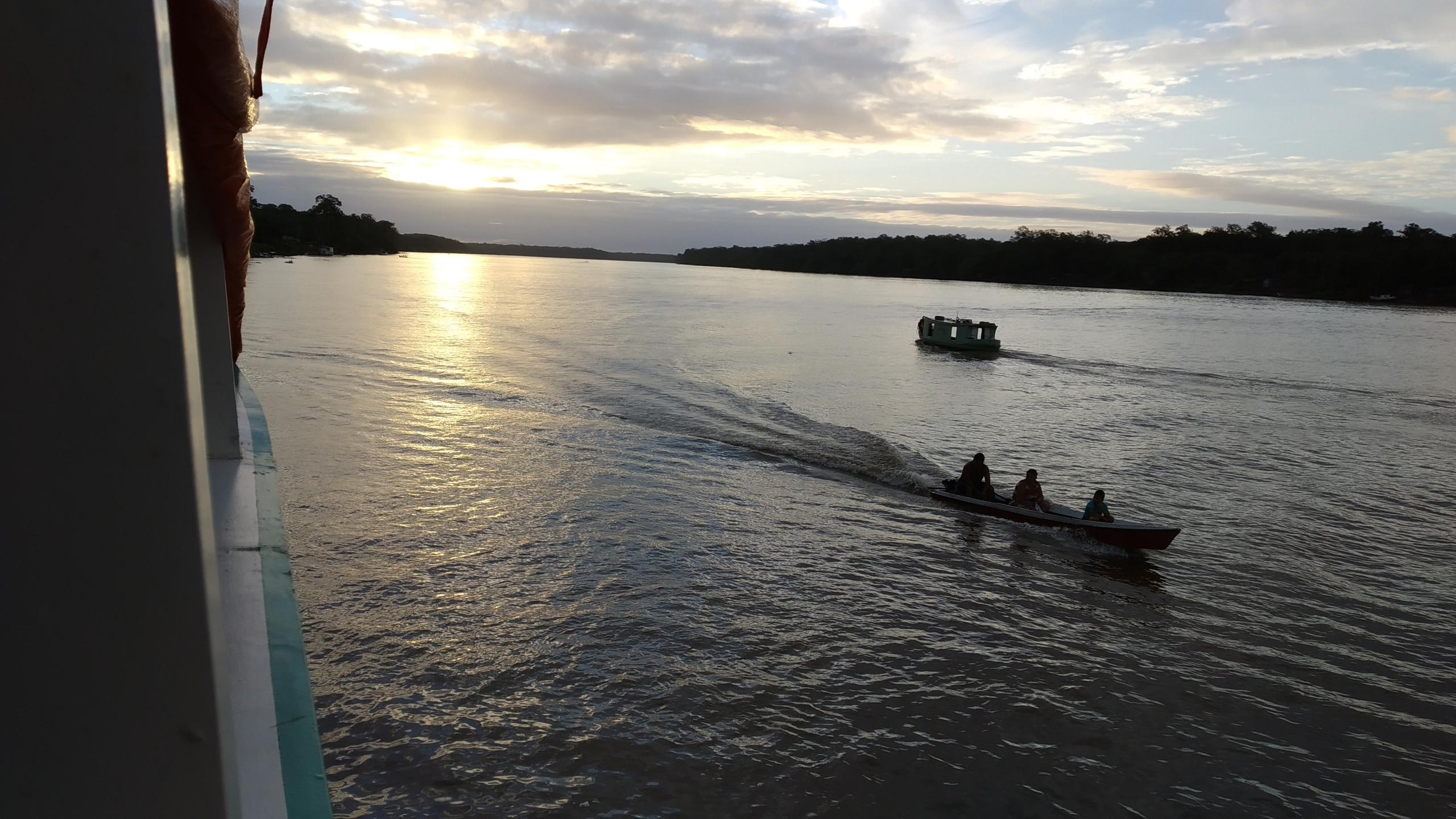 Durante o inverno quando a maré seca surgem os bancos de areia dificultando a passagem dos barcos