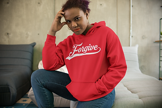 hoodie-mockup-of-a-woman-sitting-on-a-mo