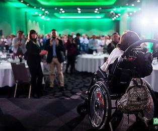 Kobieta na wózku inwalidzkim na scenie