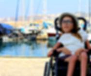 Dziewczyna na wózku w podróży