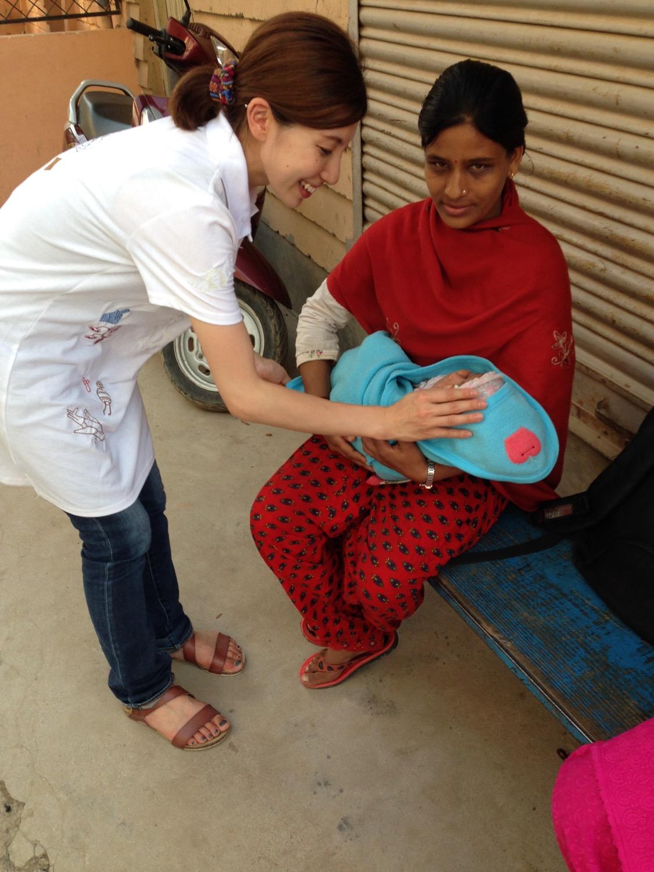 ネパールでは赤ちゃんが生まれると、お祝いのお金を帽子に入れるのです