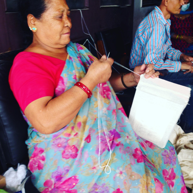 ネパールの郵便局ではおばちゃんが布で梱包してくれるっていう素敵なサービス