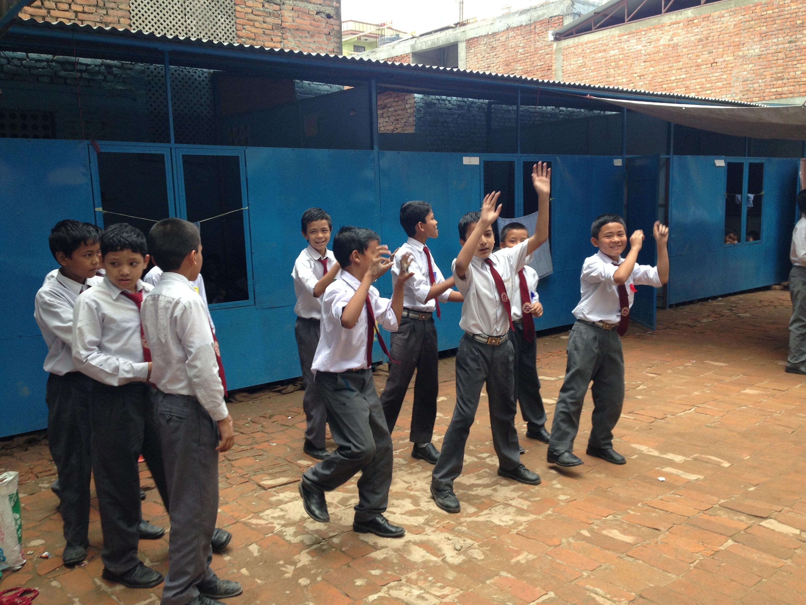 歌いながらダンスの練習